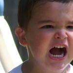 Meu filho não gosta de cumprimentar as pessoas. O que devo fazer?